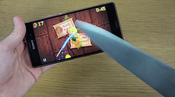 Fruit Ninja spelas på Sony Xperia Z3 med kniv