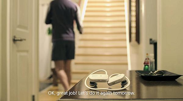 Sony Smart B-Trainer peppar och coachar motionärer under löprundan