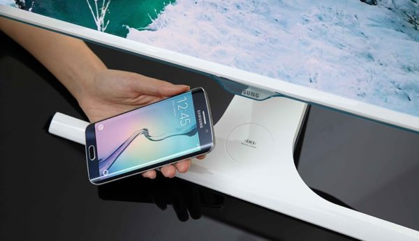 Samsungs nya monitor har inbyggd trådlös laddning för smartphones