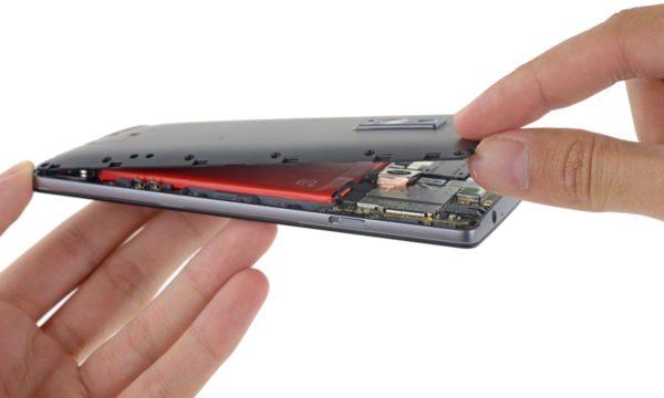 OnePlus 2 plockas isär och undersöks av IFixIt