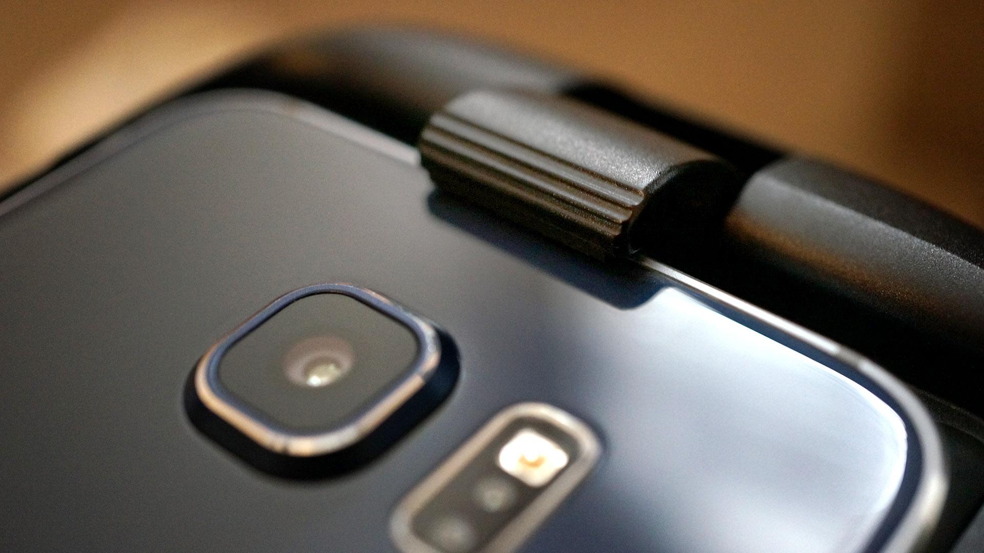 Samsung Gear VR: Elegant mekanism för att montera telefonen.